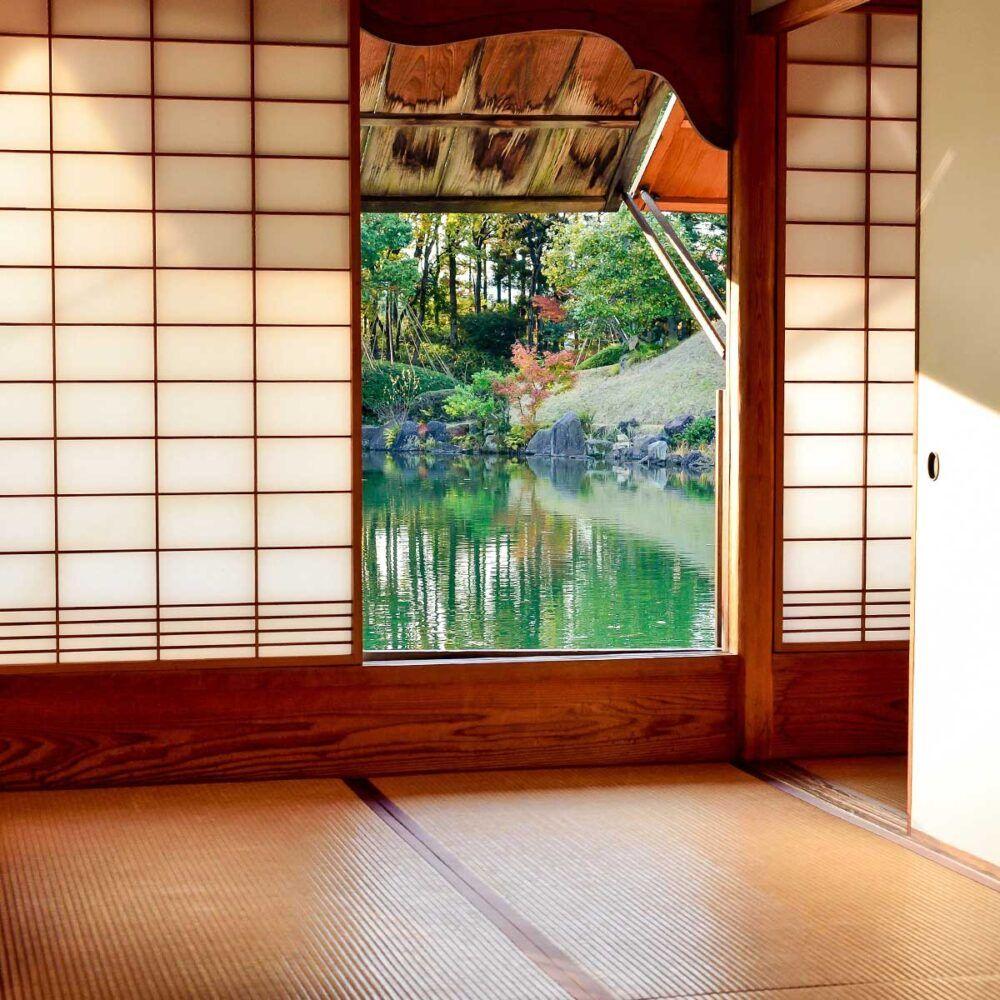 Traditionel japansk bolig med skærmvægge og tatami måtter på gulvet.